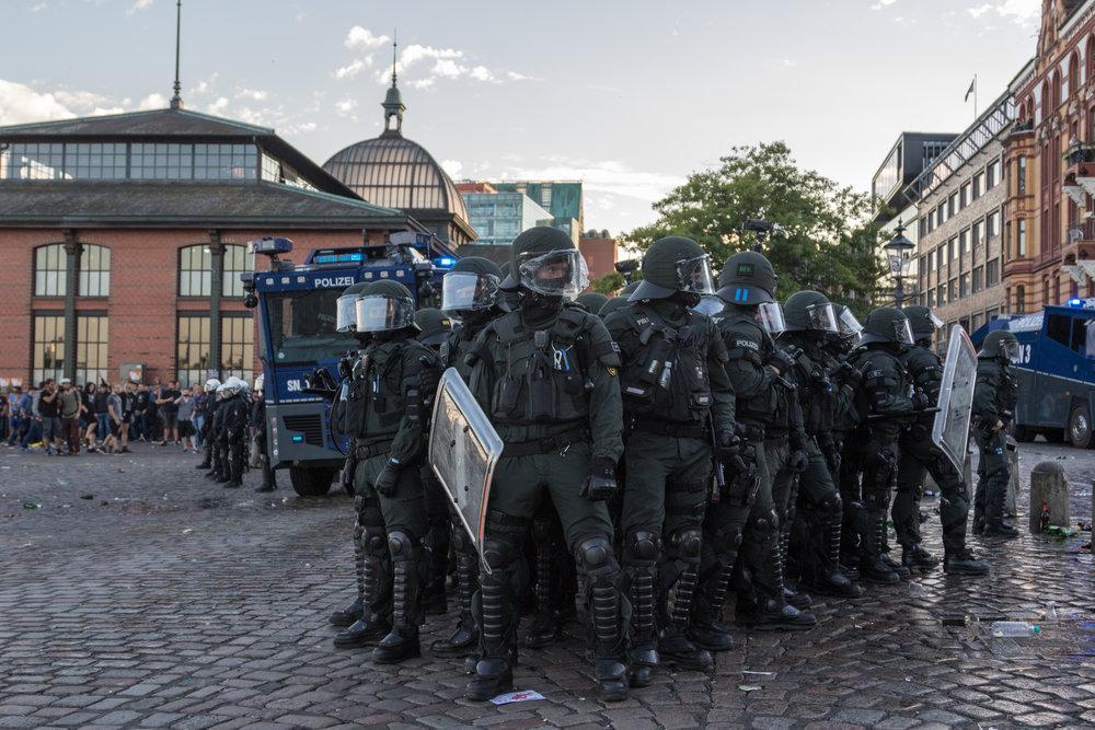 Welcome to Hell Polizei und Wasserwerfer am Fischmarkt.jpg