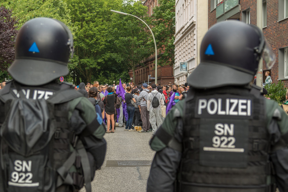 behelmte Polizisten vor Demonstration.jpg