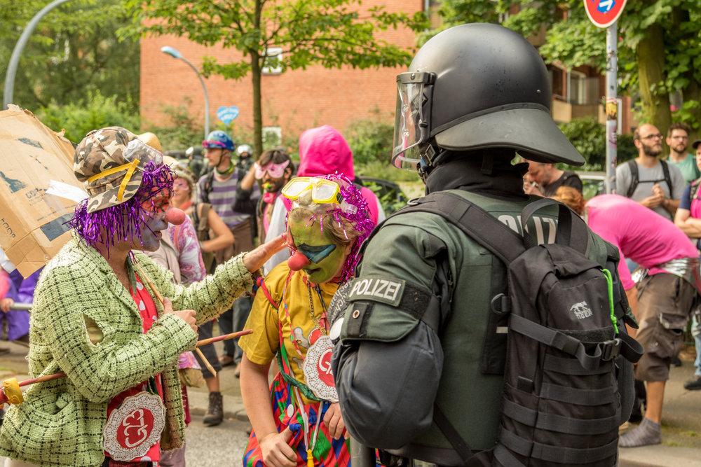 Clowns vor Polizist.jpg