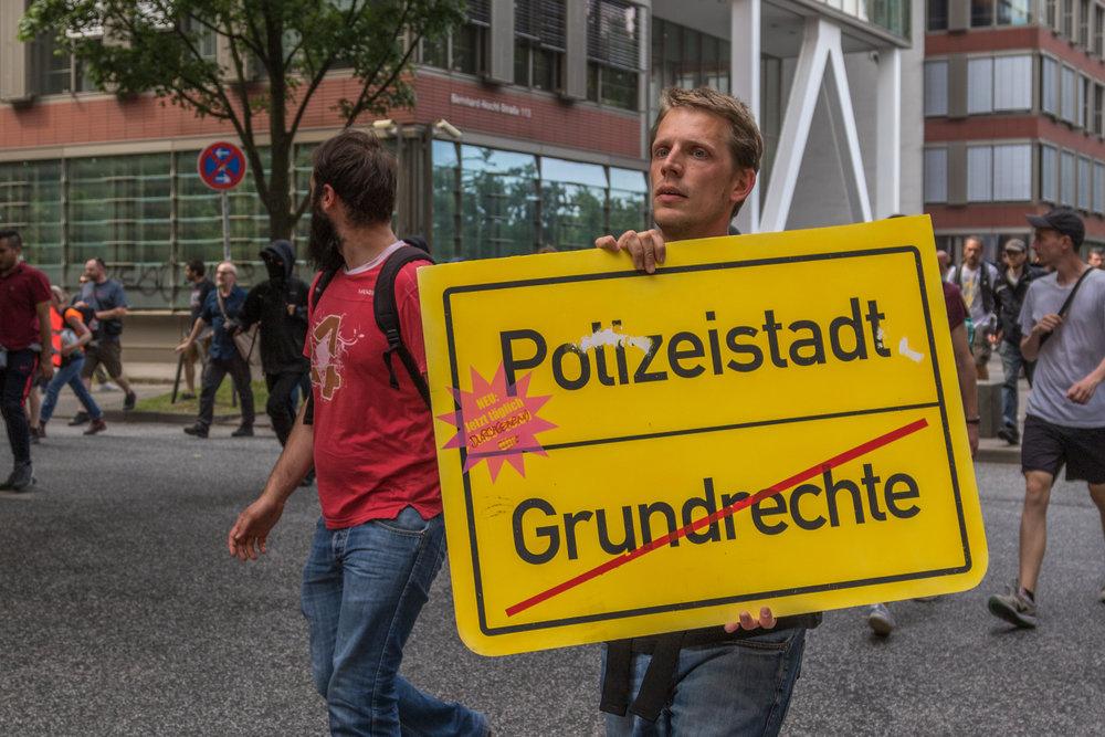 Protestschild Polizeistaat Ende Grundrechte.jpg