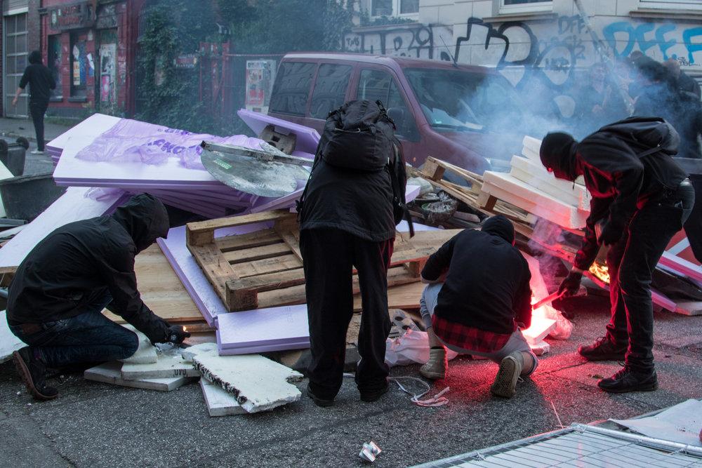 Vermummte zünden Barrikade an.jpg