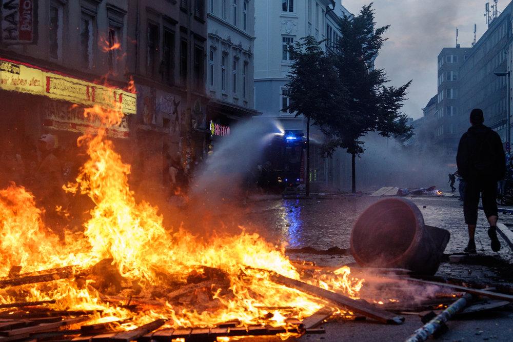 Wasserwerfer löscht brennende Barrikade.jpg