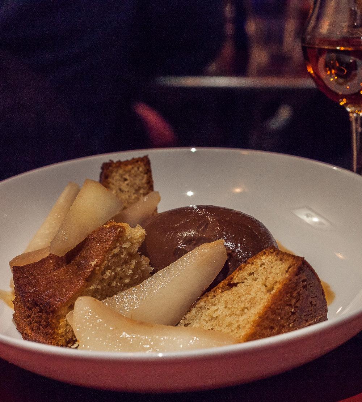 poire pochée à la vanille, ganache au chocolat & financier