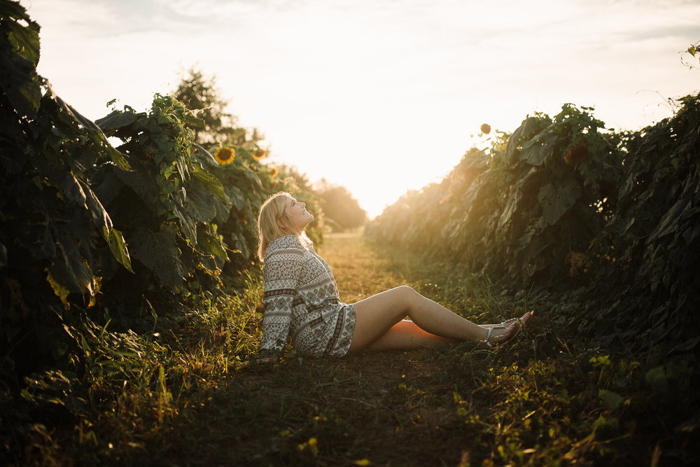 memphis-senior-photographer-senior-pictures-sunflower-field