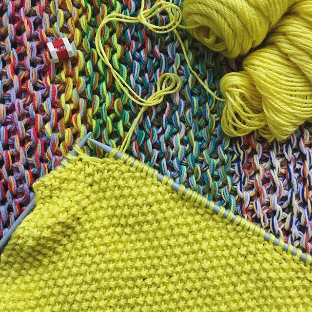 FINALLY getting back into knitting- best time to pick up those needles during a glorious heatwave 👏😂👌 I'm knitting @westknits #penguono using Caron Simply Soft in Super Duper Yellow starting with the back- basically trying to use up a whole load of stash yarn and this pattern is perfect for it! Happy Weekend ➰💛☀️ • • • • #imakeknots #handknit #knittingaddict #yarnlove #modernmaker #craftislife #stitchandhustle #ourmakerlife #wearemakers #makerslife #stashbusting #knitoholic #onthebed #modernmaker #waketomake #shareyourknits #molliemakes #todaysgoodthing #onmyneedles #caronyarn #mossstich #westknits #knitspiration #makersgonnamake #makersmovement