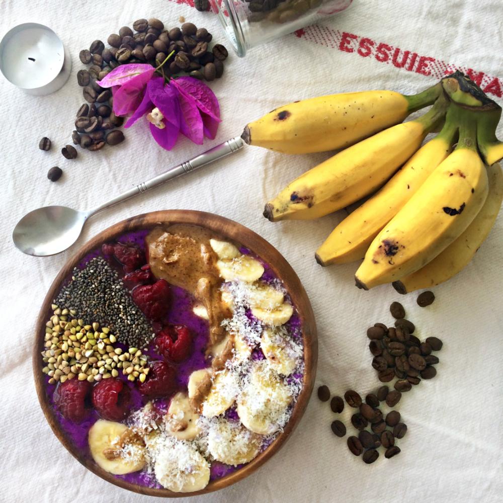 Smoothie bowl avec bananes, framboise, buckinis, graine de chia, beurre d'amande et coco