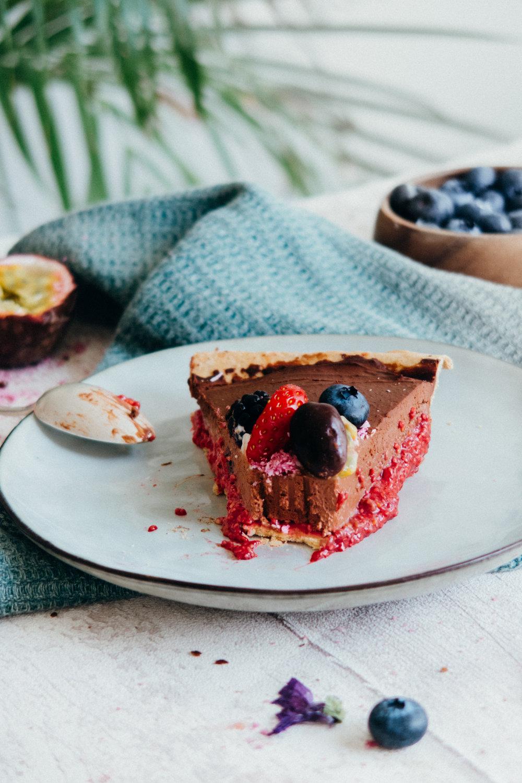 vegan raspberry chocolate tart recipe at www.amelietahiti.com