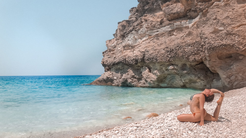 Greece - yoga  beach - amelietahiti.com