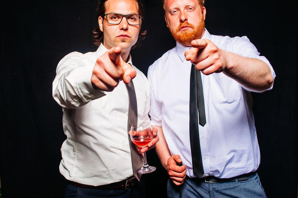 fotobox mieten männer anzug hochzeit weinglas pose