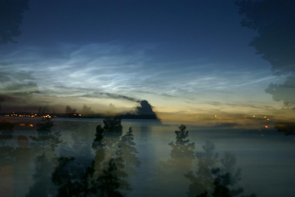 Magi uppstår där sinnet är öppet. Här vill jag dela med mig av en smått magisk nattbild över Erstaviken. På himlen uppstod denna natt sk nattlysande moln