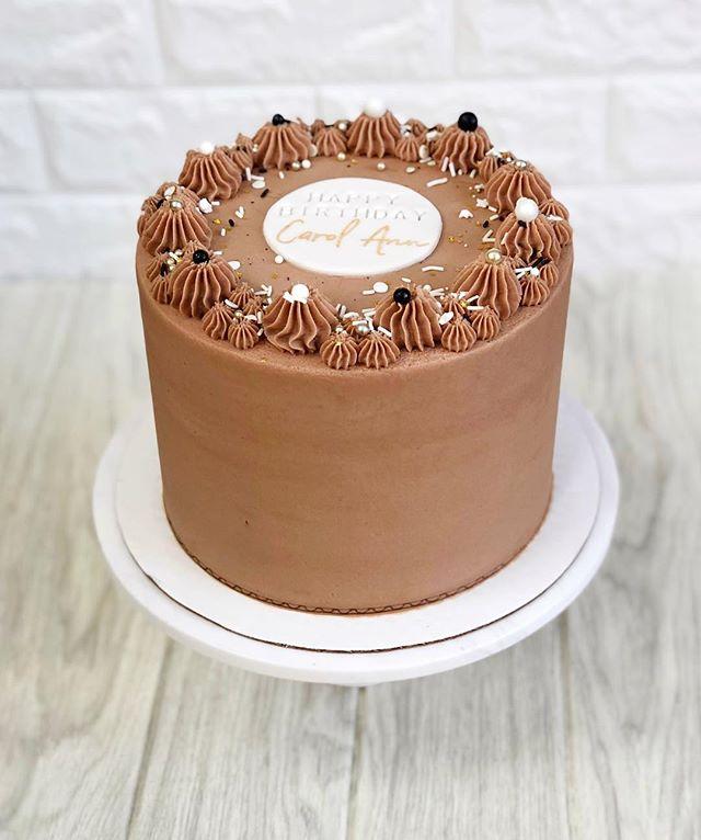 DID YOU HEAR? ⠀ It's Caro Ann's birthday... ⠀ and she chose the Aloo Cake (chocolate chip), dark chocolate fudge filling & milk chocolate frosting. 💋 ⠀⠀⠀⠀⠀⠀⠀⠀ ⠀ ⠀#nakupendanjeri