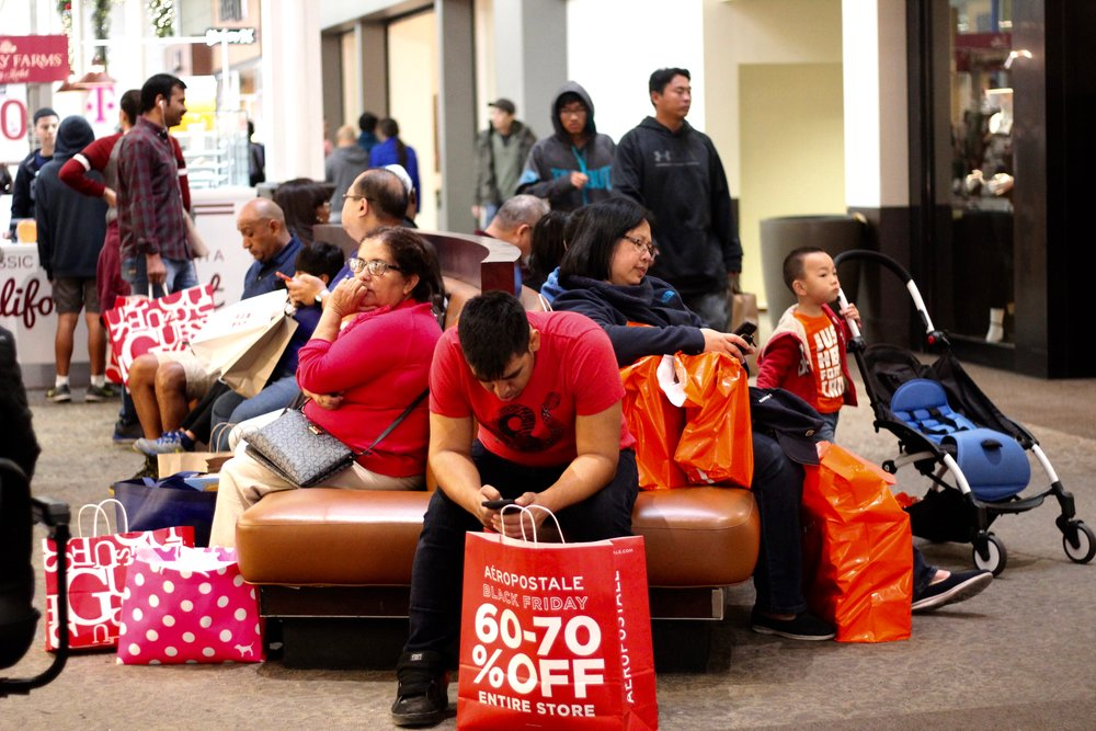 Shoppers on Black Friday at Ontario Mills mall. Photo by Paris Barraza
