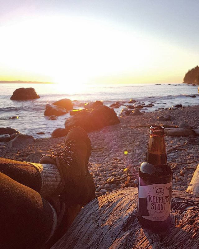 A seasonal island beer for a chilly west coast van isle sunset. I just love everything about this place 💛😊🍻 _ . . . #explorevanisle #westcoastbestcoast #localbeer