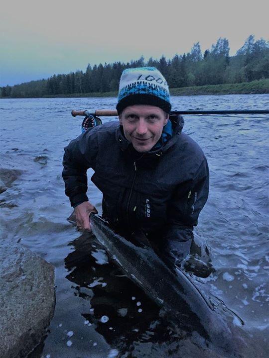 Christer med første laks på land, trakk Fuldseth fra kl 24.00. 100 cm 9,8 kg. Foto: Hajas