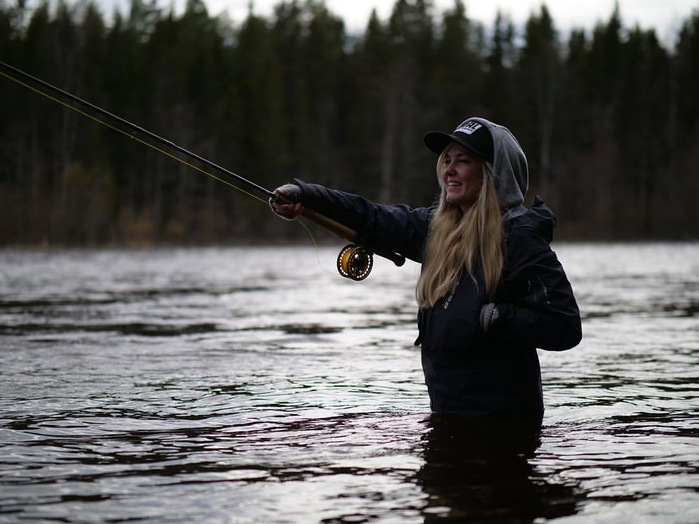 Emilie Björkman kommer også. Fisker og bistår med sine kunnskaper på laksefiske.