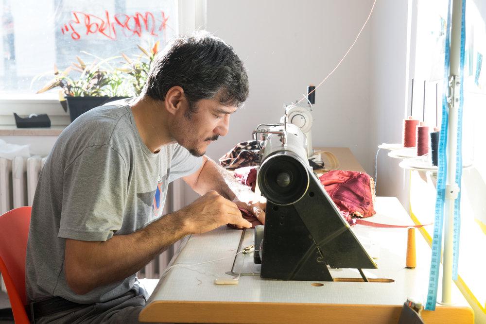 KUNIRIAkademie - In der Kuniri-Akademie in München und Berlin werden Geflüchtete, die ihre berufliche Zukunft in der Modebranche sehen, in zertifizierten Nähkursen unterrichtet, um den Einstieg ins Berufsleben zu erleichtern oder in Ausbildung zu finden.Mehr dazu!