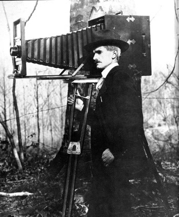 Via memory.loc.gov - A panoramic photographer with his very handy Cirkut camera. Around 1910.