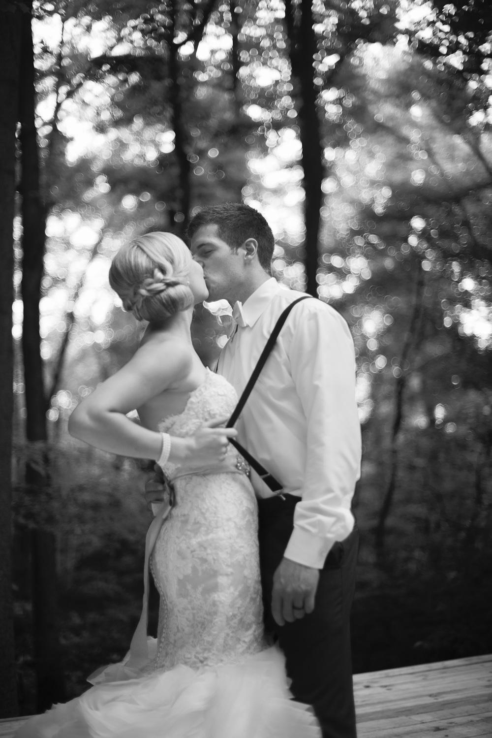 bride groom kiss portrait THPHOTO forest background bw