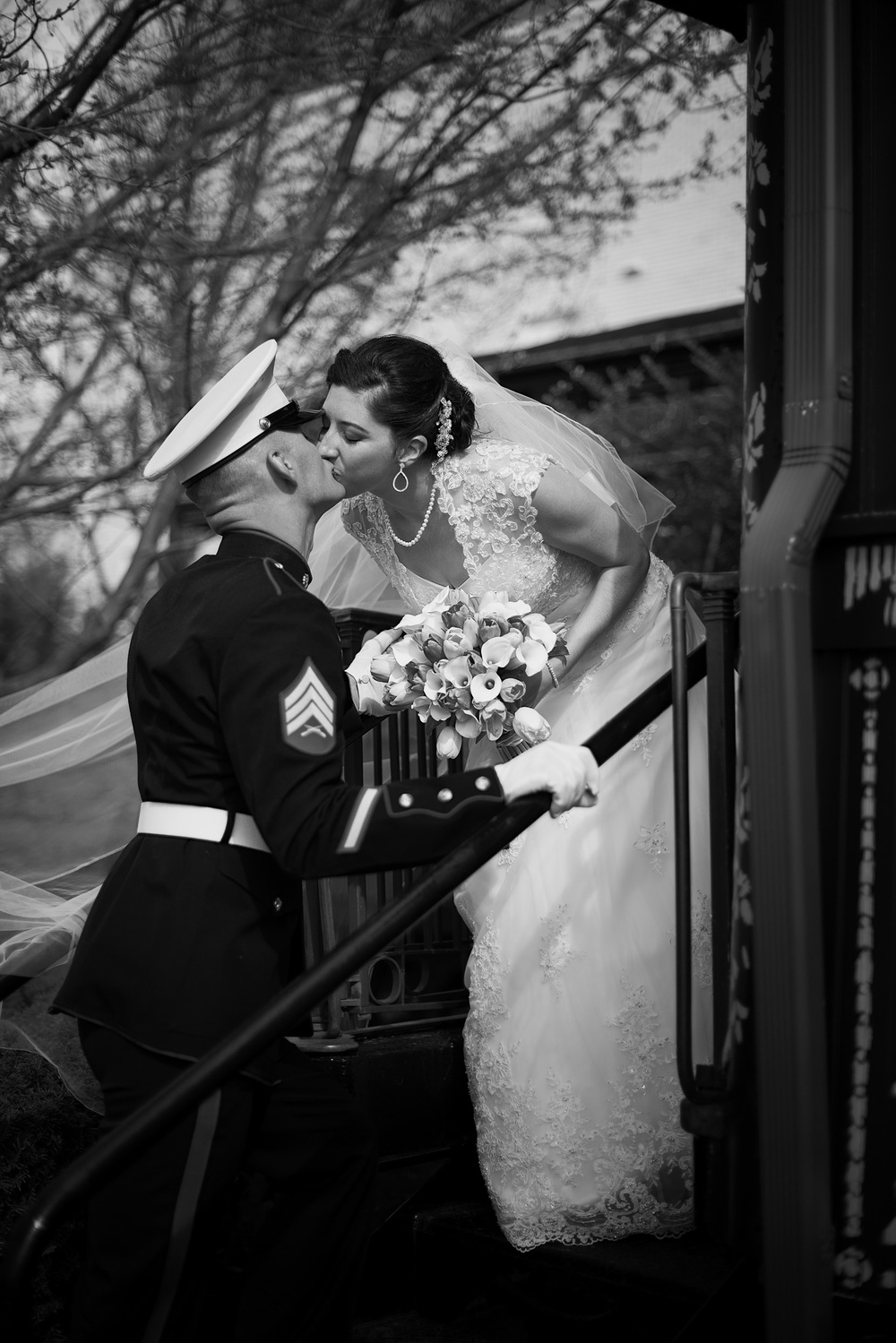 groom bride kiss train bw portrait THPHOTO