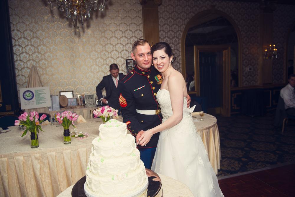 bride groom husband wife cake cutting portrait THPHOTO