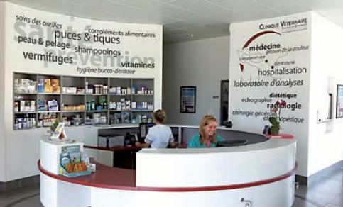 2.La zone d'accueil circulaire et conviviale offre une lecture originale des différents services proposés à la clientèle par l'équipe de la clinique vétérinaire. Photos : T. Poitte