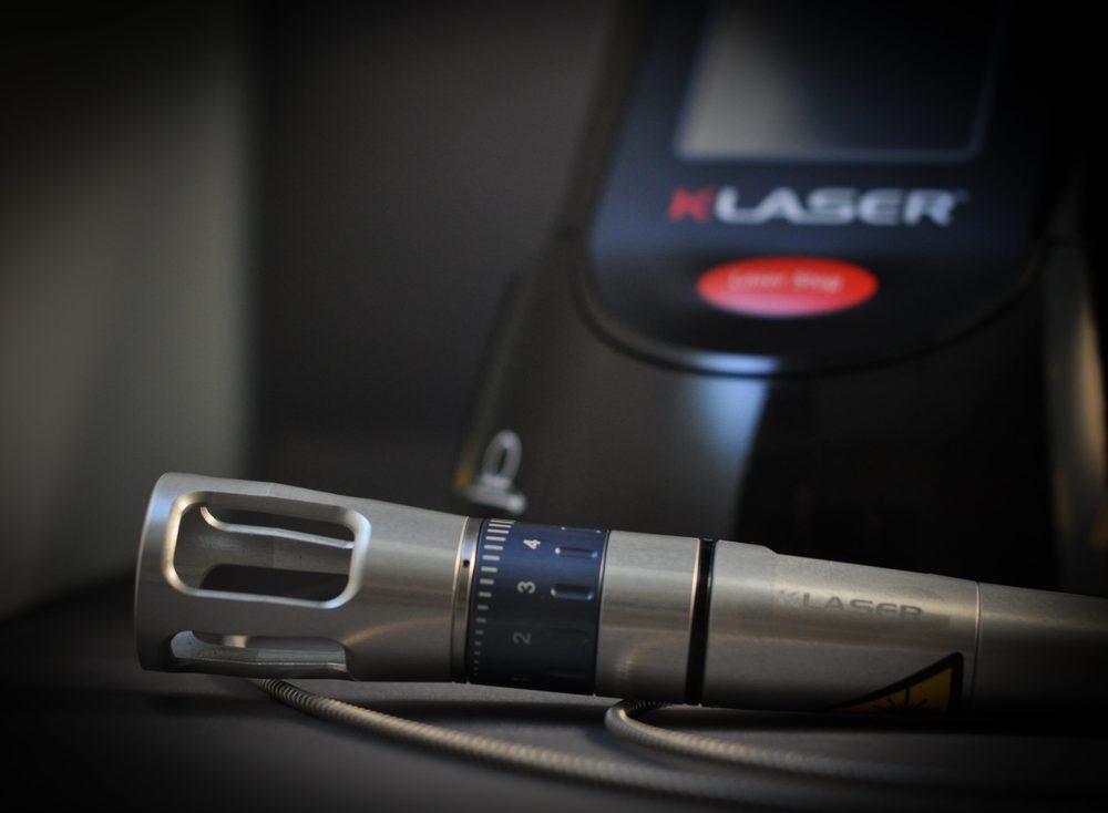 Le laser utilisé est un appareil de classe IV, fabriqué par K-Laser et distribué en France par Mikan. Une puissance élevée de 8 Watts par diode est nécessaire pour la pratique canine. 3 diodes (et donc 3 longueurs d'onde 660, 800 et 970 nm), fonctionnant de manière simultanée optimisent les pics d'absorption et les temps de traitement.