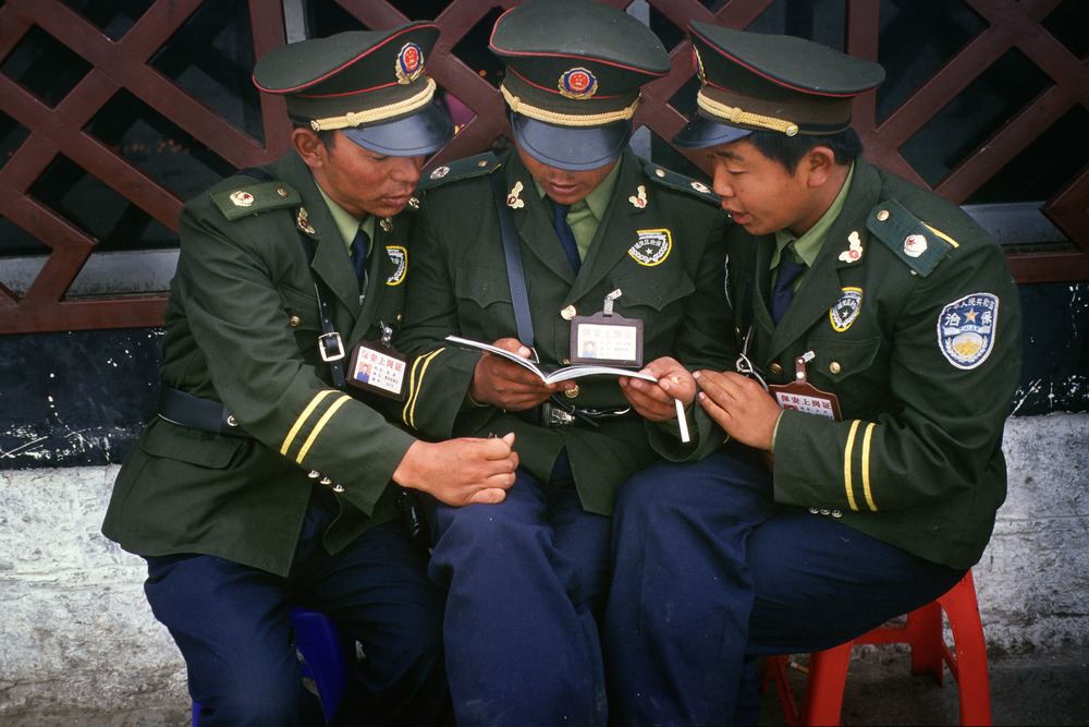 PLA uniformed police, Jokhang Temple