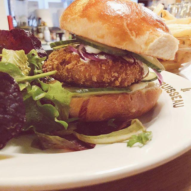 VEGGIE BURGER 🥒🍔 avec notre steak de pois chiche #bestburgerintown #yummy #instafood #veggie #burger #mondaymotivation #leruisseau