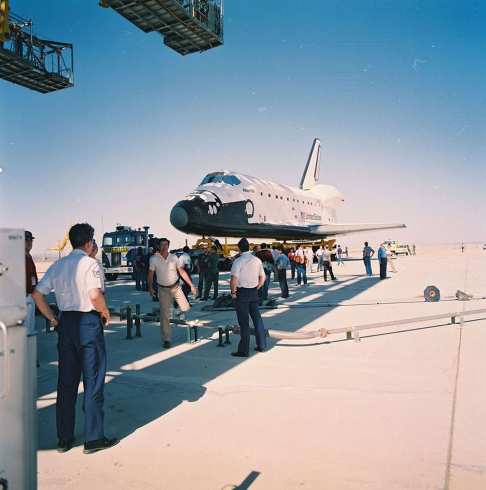 Atlantis arrives at NASA's Dryden Flight and Research Facility on April 9, 1985.jpg
