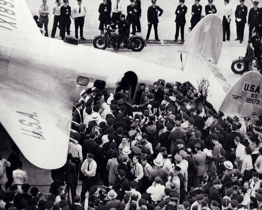 Photograph_of_Howard_Hughes_and_crowds_at_Floyd_Bennett_Airfield_New_York_July_14_1938.jpg