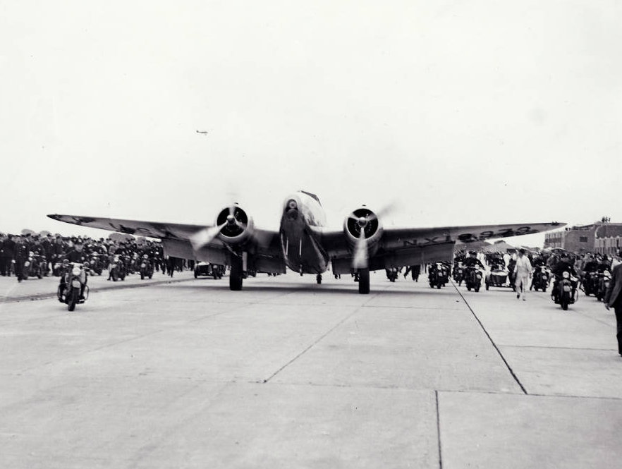 Photograph_of_the_landing_of_Howard_Hughes_Lockheed_14_aircraft_New_York_July_14_1938.jpg