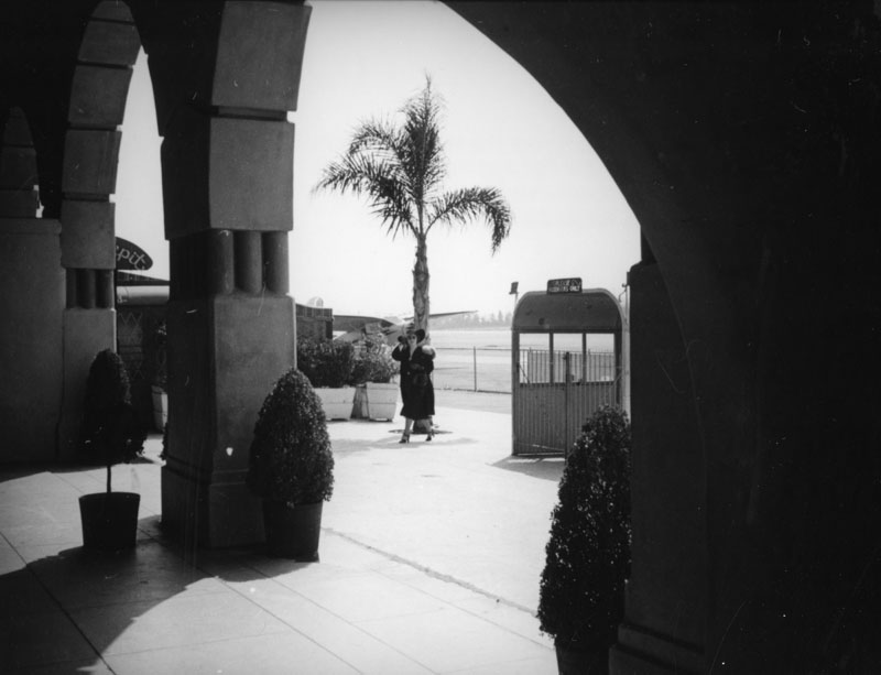 Courtyard of the Grand Central Air Terminal 1937.jpg
