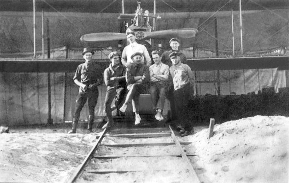 Glenn Martin TT with sergeant Broeckhuysen of the Royal Netherlands East Indies Army Air Force seated in the middle with factory mechanics (1917). Source- Wiki