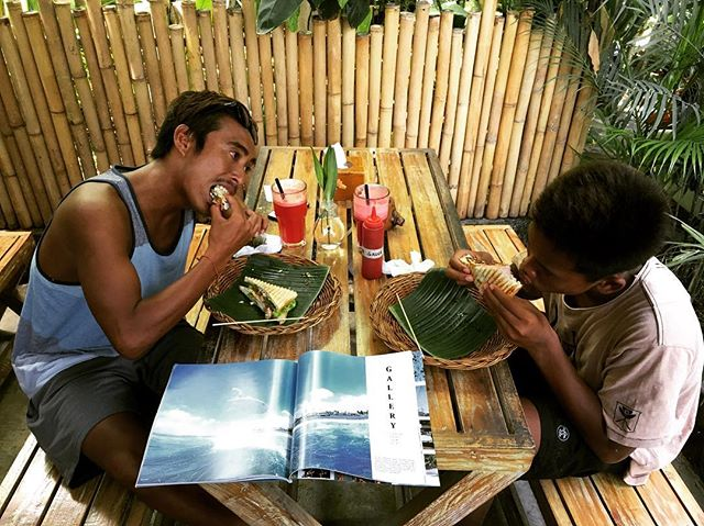"Hungry boys, after surf meal ""just back from cangzoo"" they said 🐆🦓🦍 @darmaputratonjo @madejoi_644 #SwichPower www.swichbali.com"