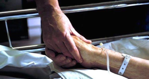 75766227_m5400381-nurse_holds_patient_s_hand-spl-600x319.jpg