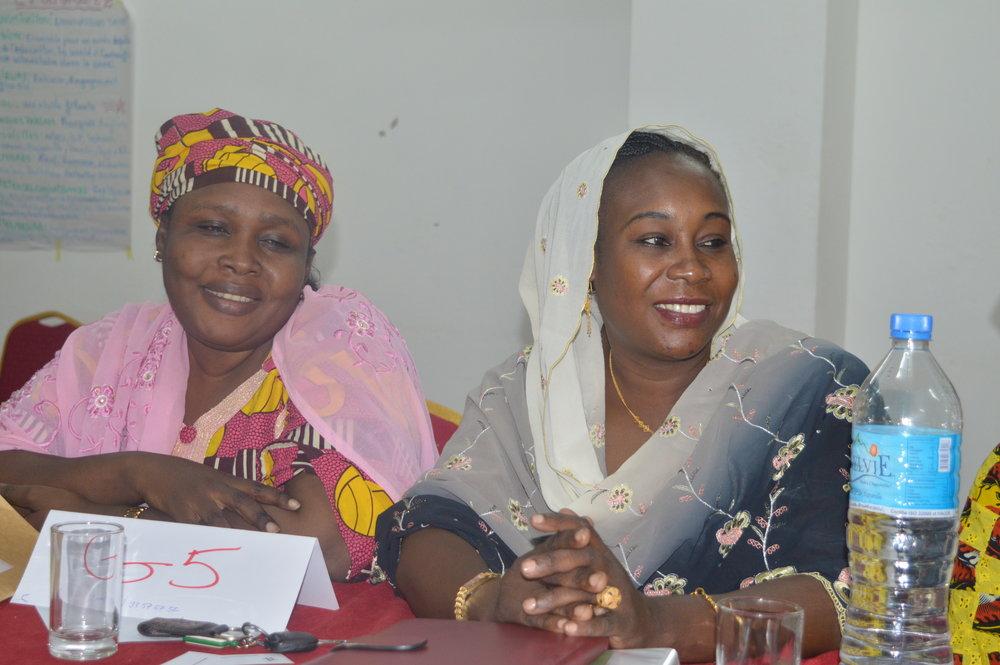 Les lauréates Aissa (Niger) et Habiba (Tchad) participent dans les discussions de groupe pendant la formation intensive   Fellows Aissa (Niger) and Habiba (Tchad) participate in a group discussion during the intensive training