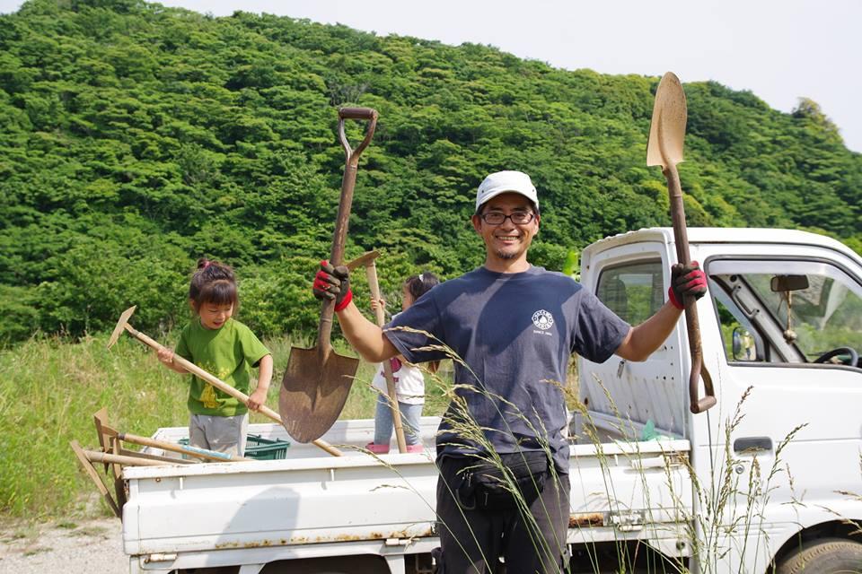"""畑の先生 伊藤 力 /CHIKARA ITO(通称リッキー)   農地所有適格法人パラダイスフィールド 代表。東京ドーム以上の面積のある森と畑の学校を開墾から始め、無農薬無化学肥料の農園を運営しています。都市近郊農業の新しい形を模索し続け、新たな挑戦を試みる日々。スクールではメンバーの畑""""OUR FARM""""作りを指南してくれます。  葉山在住、環境オタク、1児の父。"""