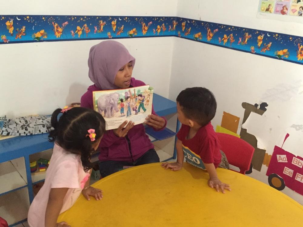 Mendengarkan cerita selalu asyiik....disertai dengan gambar ilustrasi semakin membuat anak2 antusias.