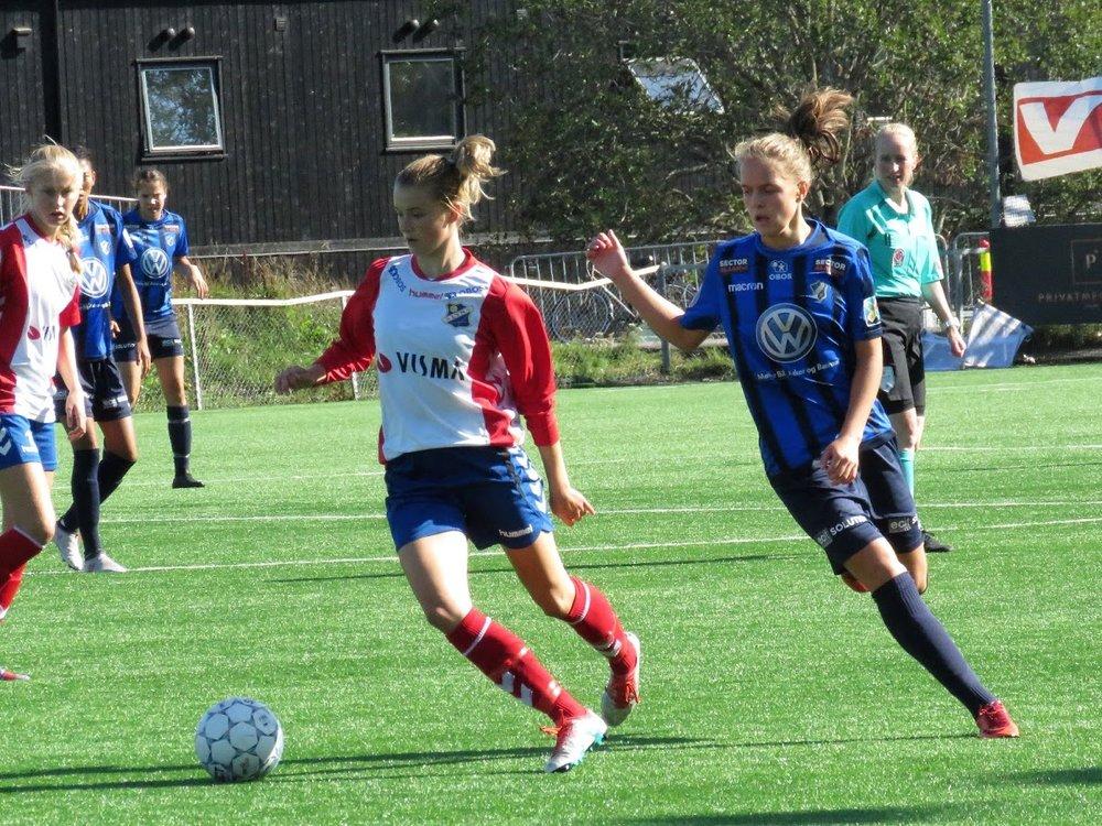 03 spilleren Thea Gammelgård Sørbo på farta. (foto: Oddveig Helland)