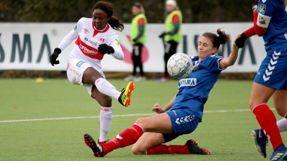 Trine Skjelstad Jensen i duell. (Foto: Fotball.no)