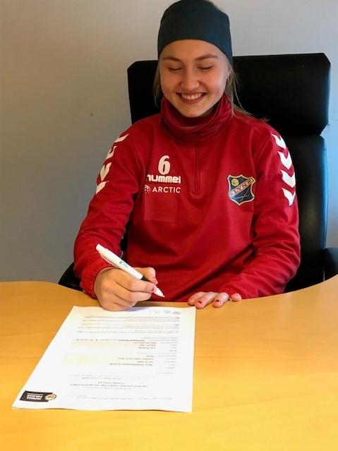 Noor signerer sin første proffkontrakt2.jpg