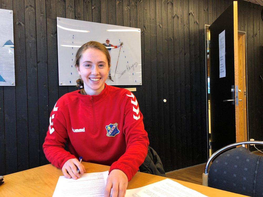 Karen Oline Sneve signerer med Lyn