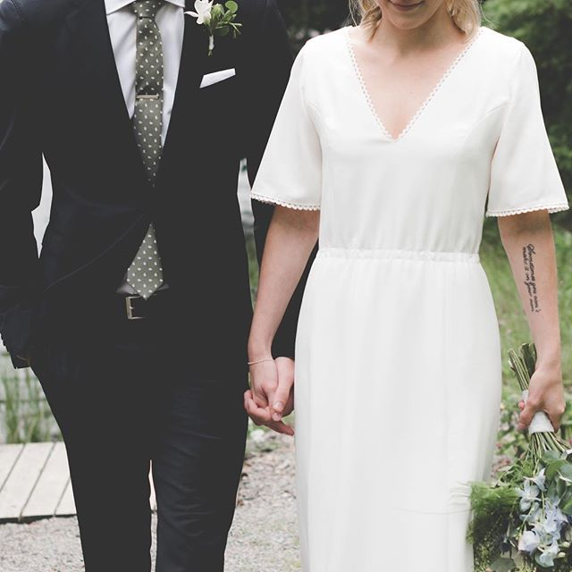 sometimes you can't make it on your own... love Maja's tattoo...💭🎶🌿🖤✨. #details . . . #weddingphotography#summerwedding #bride#groom#bouquet#beauty#lyrics #weddingdress#brollopsfotografer#bröllop #lokabrunn#weddinginspo#brudpar #storiesbybettie