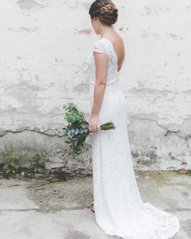 beauty bride Sandra in dreamy dress✨💭! . . . . . not in pic: the cat that also looooved the dress...! 👰🏻+😻: big NONO! kameran i ena handen & katten i den andra...🙋🏻. #animalwhisperer . . . #bride#brud#bridalportraits #weddingdress#bymalinabridal #beauty#details#weddinginspo