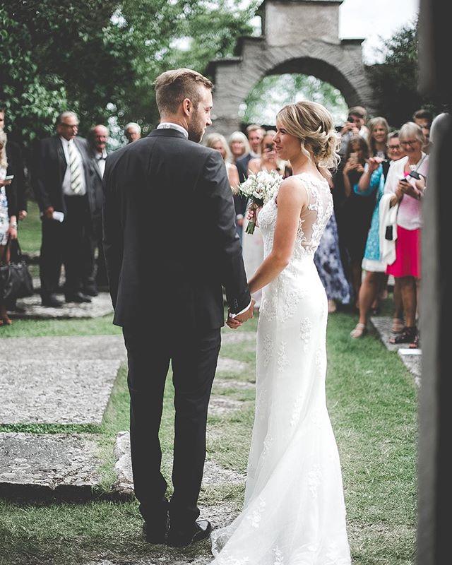 happy weddingday! ♡💭 #magicmemories . . #bride#groom#weddingday#weddingdress #weddingphotography#bröllopsfotograf#dreamy #beauty#light#details#storiesbybettie #brollopsfotografer ✨🌿.