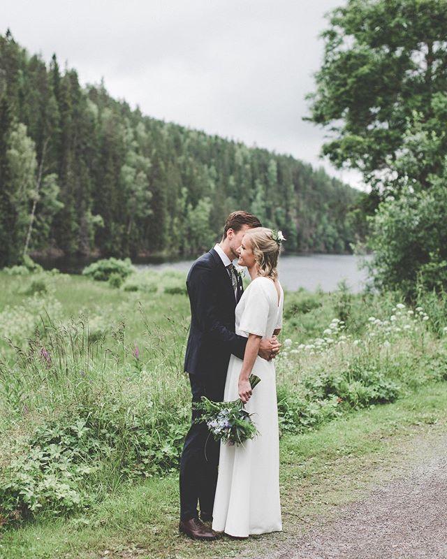I'm giving you all my love🌿🎶... lyrics from yesterdays wedding... beauty! M A J A + A X E L .♡. . . . #bröllopsfotograf#bröllop#weddingphotography #weddinginspo#bride#groom#wedding #weddingdress#lakesidewedding #brollopsfotografer #memories#weekendvibes#summer#sommarbröllop#summerwedding#lokabrunn#happiness#details #beauty#storiesbybettie #axelomaja2017