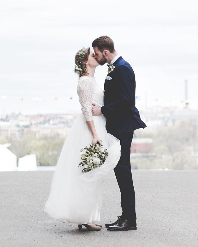 mr & mrs dreamy💭. I loved this citywedding in Stockholm. E♡J.  happy weekend! . . . #stockholm#södermalm#bröllopsfotograf #bröllop#bröllopstockholm #weddingphotography #brudbukett#flowers#bouquet #weddinginspo#bride#groom#wedding #citywedding#weddingdress#bröllop #brollopsfotografer #beauty#light#details #storiesbybettie