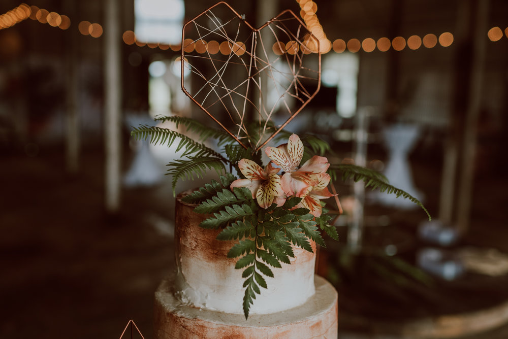 LOOK AT THIS CAKE TOPPER. When a bride has an eye for details like these, I swoon.