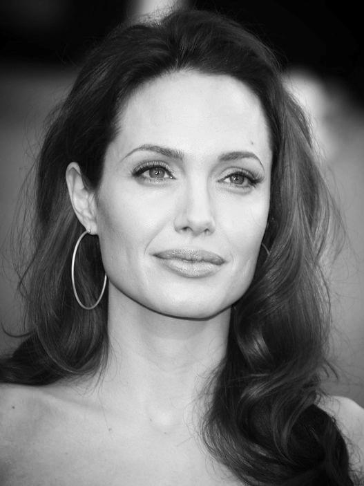 Angelina-Jolie-Wearing-Simple-Gold-Hoop-Earrings.jpg