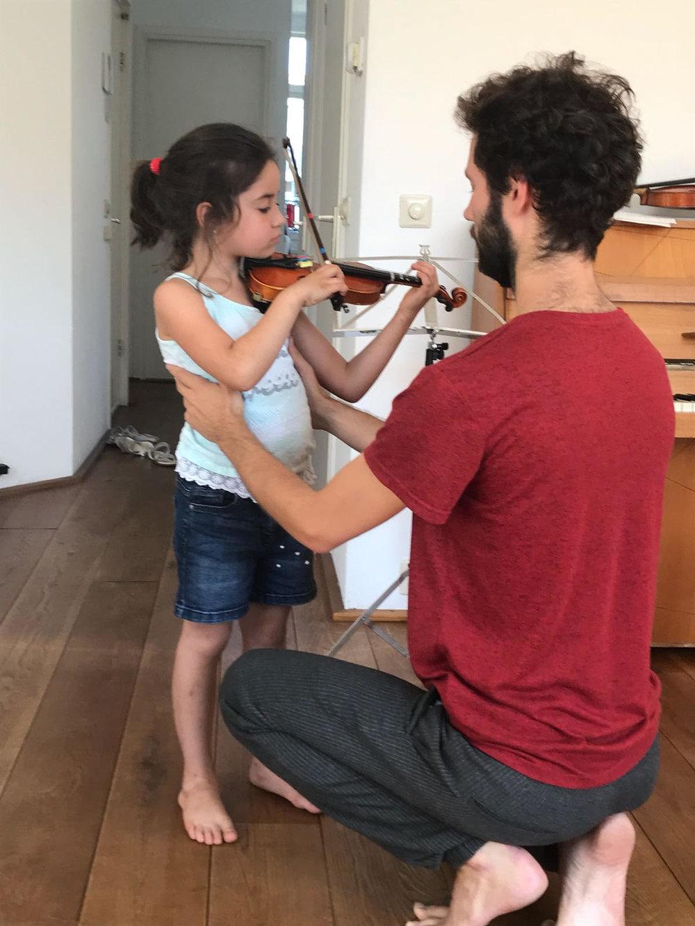 Ajudant a un alumne amb l'us general del seu cos mentres toca